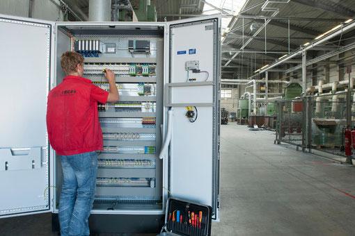 Ein Mitarbeiter von ES Tegel übernimmt die VDE-Wiederholungsprüfung am Schaltschrank