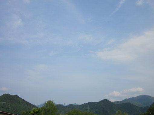 本社二階から東側の奥羽山脈を撮影。この山並みの向こうはすぐ宮城県。