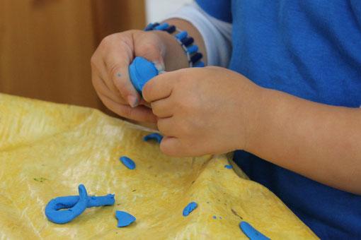 Mit Knete verschiedene Formen ausprobieren