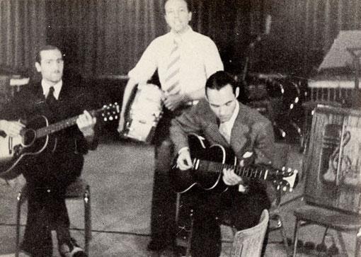Eddy met zijn electrische Epiphone  Electar Model M gitaar in de studio. Rechts naast hem op de stoel staat de omgebouwde Epiphone versterker. vlnr: Cor Baan, Antoine 'Muis' Martron en Eddy Christiani