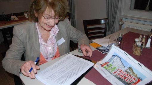 Siegrid Kröger darf beim Start des Bürgerbegehrens als erste unterschreiben (Foto: Volker Mehmel, shz)