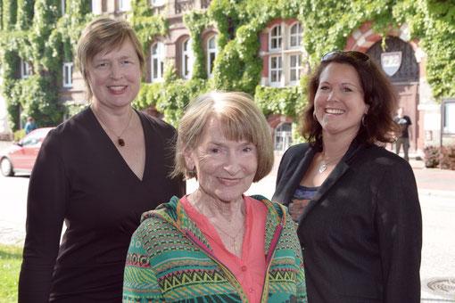 Die drei Vertretungsberechtigten des Bürgerentscheides (von links): Rechtsanwältin Karin Dietrich-Olsen, Baubiologin Siegrid Kröger und Diplom-Designerin Silke Nießing