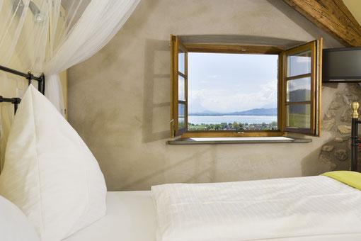 offenes Schlafzimmerfenster