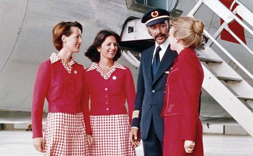 Kabinenbesatzung und ein Pilot vor einer DC-9/Courtesy: Austrian Airlines