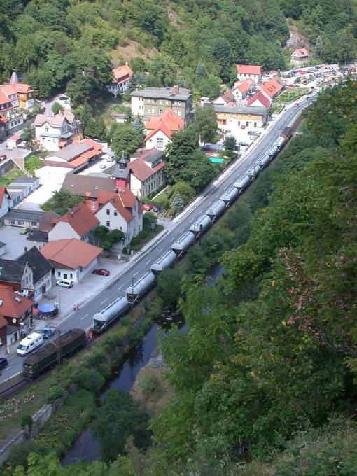 Lok 171 001 wird am 01.08.2003 in Rübeland am Schluß eines Kalkzuges nach Blankenburg angekoppelt, Zuglok ist 171 014