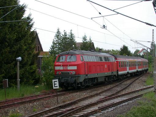 218 435 schiebt am 29.05.2004 ihren Personenzug aus dem Bahnhof Elbingerode Richtung Blankenburg