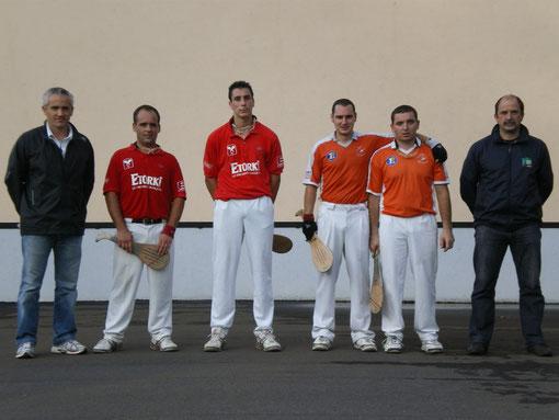 Les finalistes (Pey en rouge et Tarbes en orange) entourés d'Oliver BILLAUD, président du SUA et de Jean Claude BOURY, président de Gradignan)