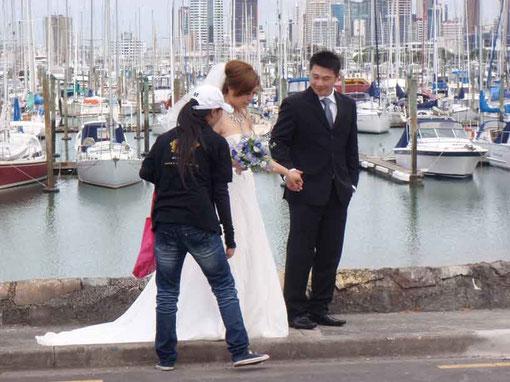 les asiatiques aiment se faire photographier à la marina le jour de leur noce