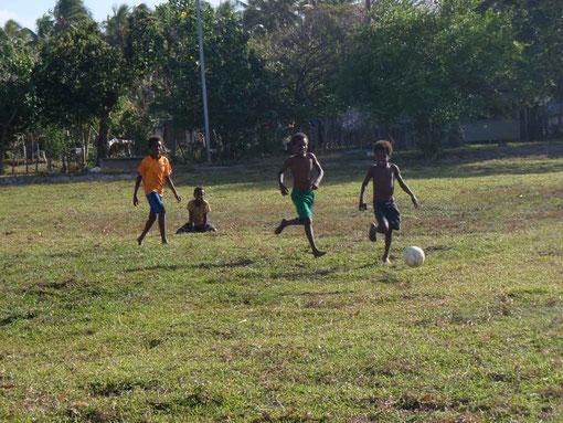 comme partout sur la planète les gamins aiment le foot