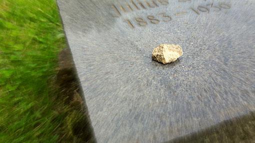 Ein Stein auf einem jüdischen Grab