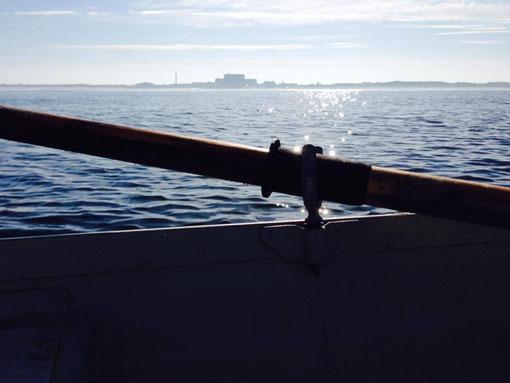 Insel-Silhouette am Juli-Morgen