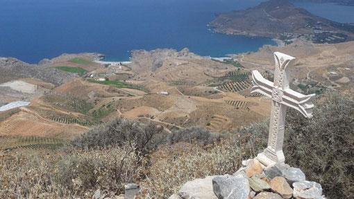 Blick vom Timios Stafros auf Amoudi Beach und Skinari-Bucht