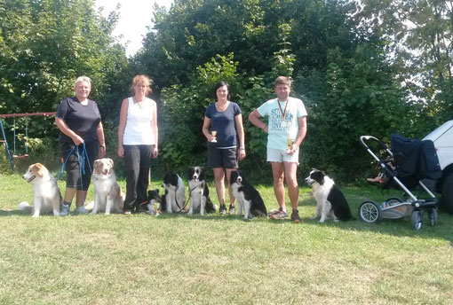 Doris, Angelika, Manu, Tom mit ihren Hunden und Julius im KiWa ;-)!