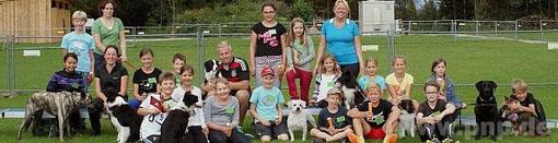 Einen lehrreichen und spannenden Tag mit den Hunden der raindogs erlebten 18 Kinder aus Regen. − Foto: Rosenlehner