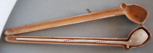 Houten foudraal, evenals het model hierboven voorzien van initialen J en G op metalen klem, de pijp erin is waarschijnlijk wel origineel ; van Gambier (Frankrijk)