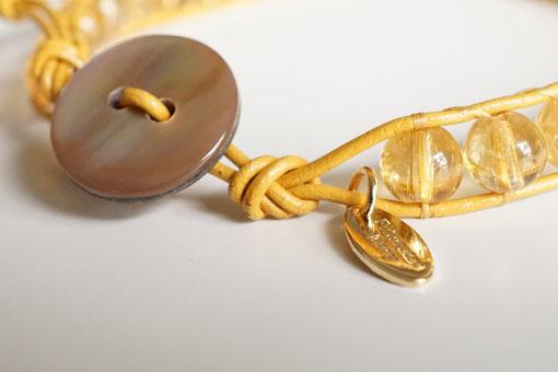 シトリンのカラーに合わせ、ゴールドのタグをお付けしています。