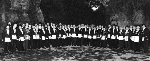Aufstellung aller 124Teilnehmer in der Balver Höhle nach der Festarbeit