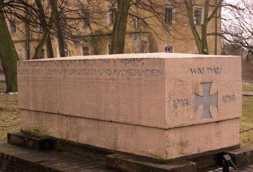 Памятник павшим в 1 мировой войне. Фото 2000 г