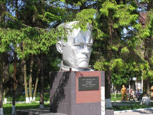 это один из памятников пп Мамонову это его фамилией назван этот депресивный городок в котором я так и не нашёл чашки кофе эспрессо, здесь травят народ растворюхой.