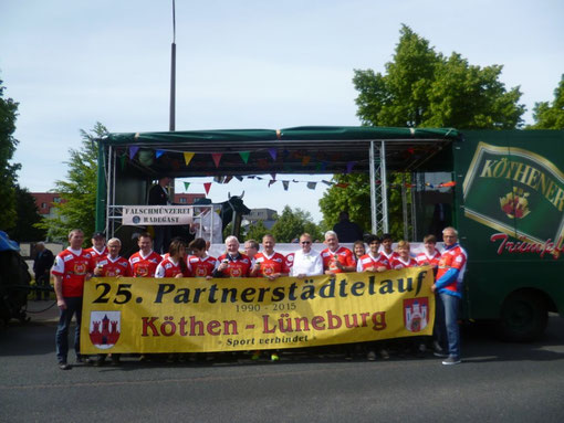 """Partnerstädteläufer mit Sponsor """"Köthener Brauerei"""" vor dem Beginn des Festumzugs"""