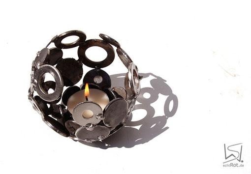 Tischmurmel Mini aus Altmetall etwa 12 cm Durchmesser im Sonnenlicht