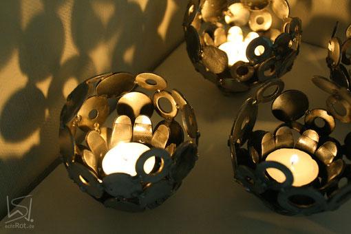 Tischmurmel Mini aus Altmetall etwa 12 cm bei Kerzenschein