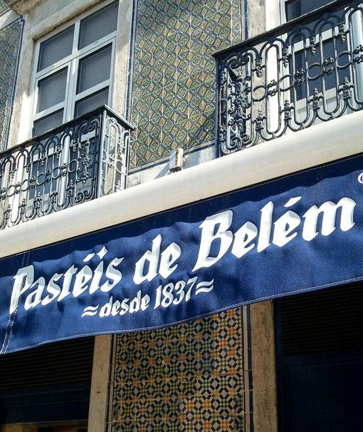 Pasteis de Bleém in der Antiga Confeitaria de Belém (Rua de Belém 84)