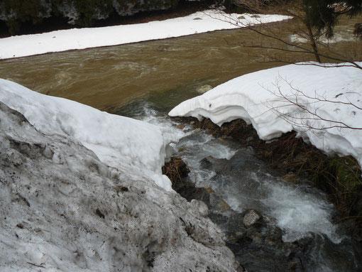 雪解けの川と谷