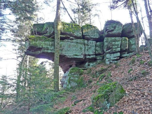 Beau rocher situé sur la crête, au-delà du col de la Scheif, en direction de La Hoube
