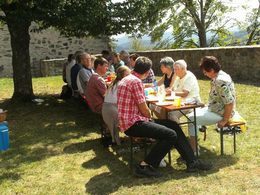 Gemeindeausfllug zu OJC in Reichelsheim/Odw. am 11.08.: Mittagessen vor dem Schloss