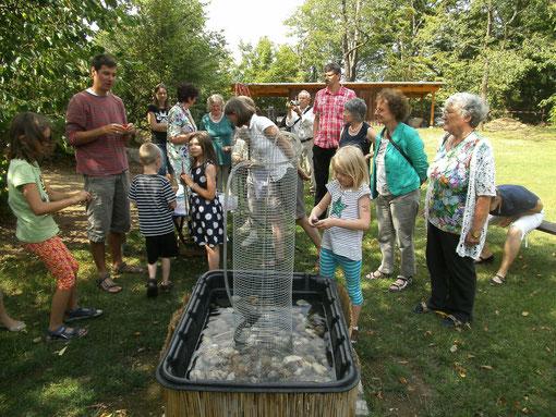 Beim Wasserschlauch: Selbstgebastelte Knetgefäße, die das Wasser des Lebens weiterleiten