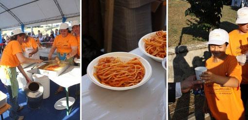 手際のいい流れ作業のため、参加者はさほど待たずに皿を手にすることができます。