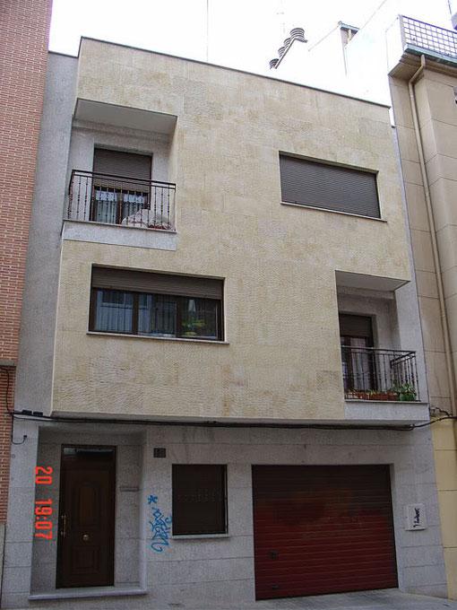 … algunos propietarios han preferido conservar su solar y levantarse una nueva vivienda unifamiliar de dos o de tres alturas (vivienda unifamiliar en la calle Quintero)