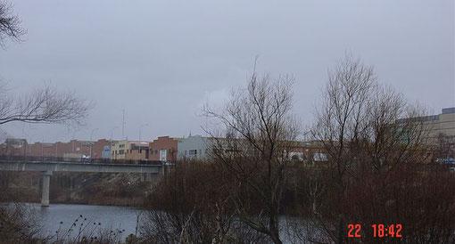De como las dichosas fachadas de las naves industriales estropean la fachada del río