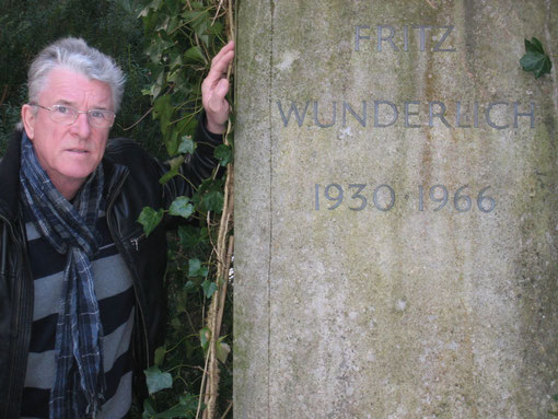 Peter Reicher am Grabe seines größten Idols FRITZ WUNDERLICH - München-Waldfriedhof, am  06. 03. 2013