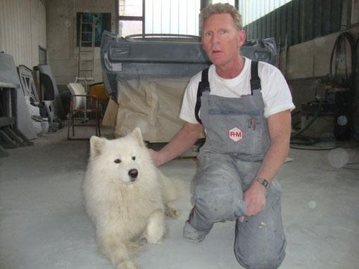 Inhaber mit Wachhund