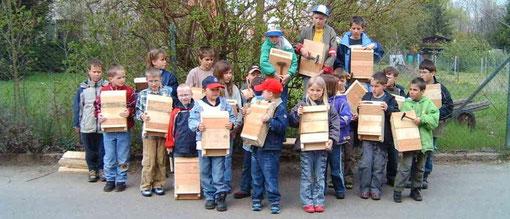 Kinder basteln Fledermauskästen