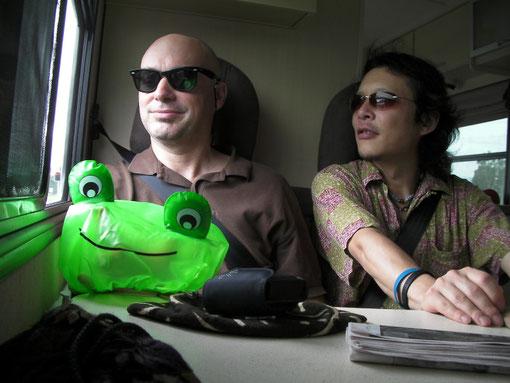 サファリ団と手前のカエル団長