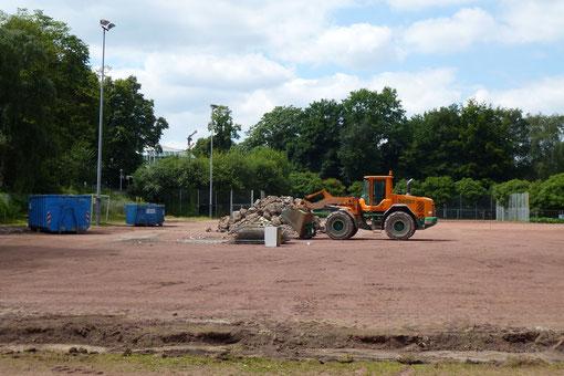 Am 18. Juli war es soweit, die Bagger rückten an! Der Sportplatzbau beginnt... (Foto: mal).