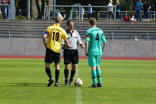 Erstes Spiel der neu formierten B-Jugend am Hallo, B1-Kapitän Fabian Kreisel vor der Platzwahl (Foto: mal).