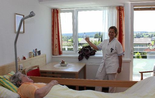 Oft ist nach der Pflege die Zeit zum Lüften knapp. Der einfache Zug an WINFLIP kostet praktisch keine Zeit und sowohl Patient wie auch Besucher freuen sich über frische Luft.