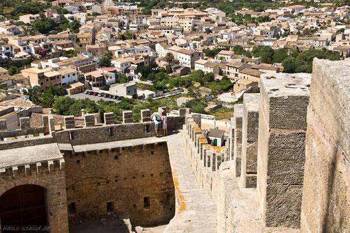 Blick von der Festungsanlage zum Ort Capdepera