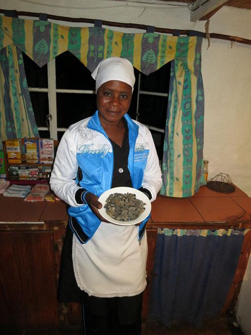 La nostra splendida Nothando, Ndebele purosangue, con un bel piatto di Amahlonza da cucinare