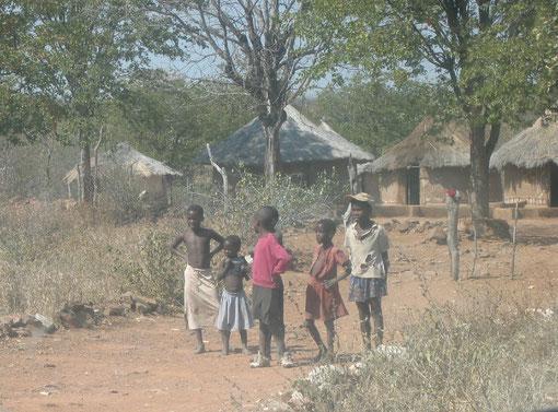 FOTO 4: Bambini in una zona ad alta endemia malarica