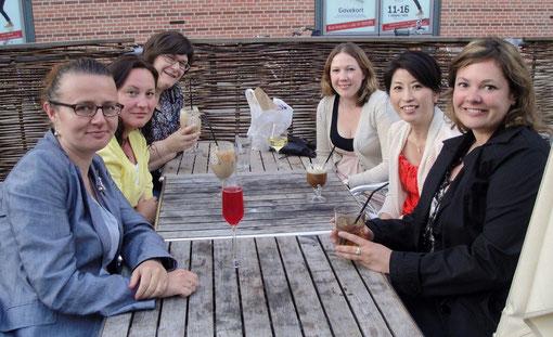 Un verre entre filles pour l´anniversaire de Charmian, avec de gauche à droite :       Monika (Pologne), Maria (hollande), Kathrin (allemagne), Charmian (UK), Miwa (japon) et moi !