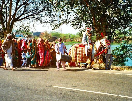 Holi-Prozession - Khrishna auf einem festlich geschmückten Schimmel