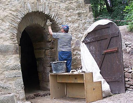 Herr Böhme verfugt am Eingangsbereich der Feuerungsebene den Gewölbebogen. Die Struktur des Bogens soll sichtbar bleiben.