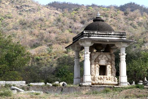 draussen am Tempel in Ranakpur
