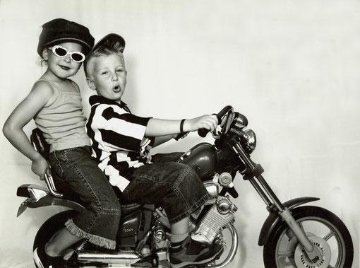 Laura und Frederik auf einem Motorrad