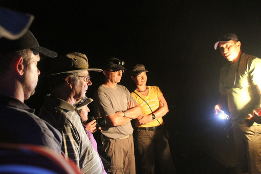 mit Taschenlampen ausgerüstet, ging es in die Höhle